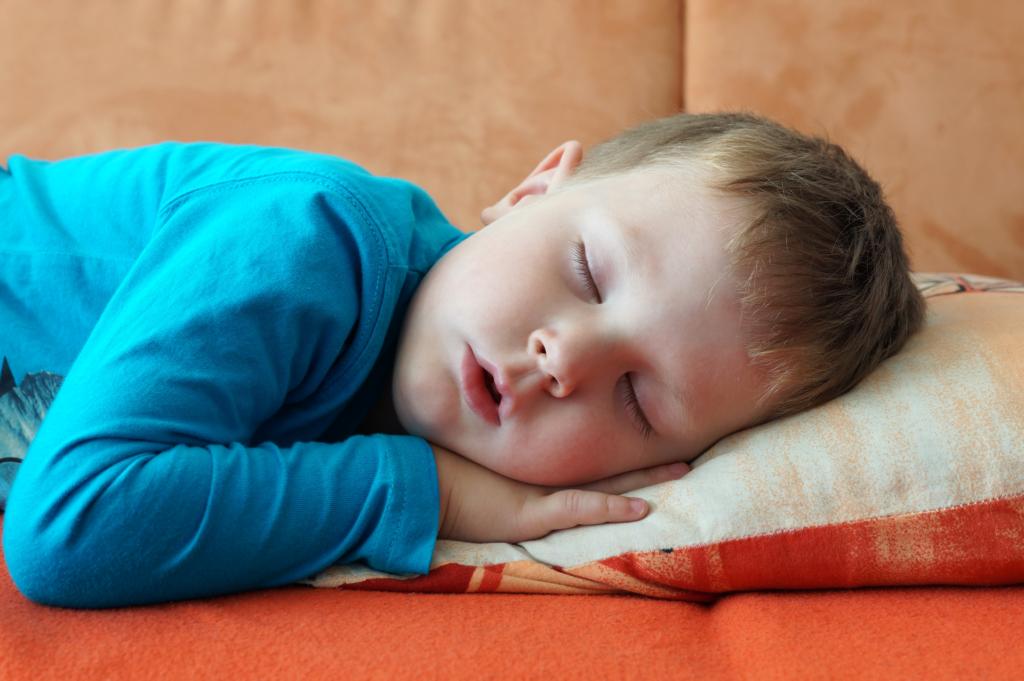 Ребенок дышит ртом ночью во сне или только днем – почему и что делать?